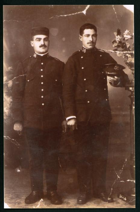 Retrato de estudio de Clemente Castro e Isidoro Castro vestidos de militares