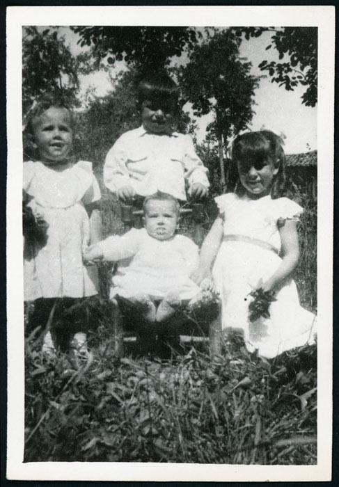 Los hermanos López Castro en la huerta familiar de Barrillos de Curueño