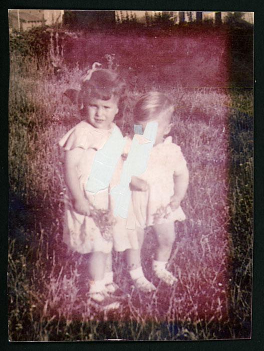 Inés López y su hermano en la huerta de la casa de los abuelos de Barrillos de Curueño.