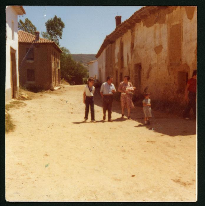Vecinos en la calle Nueva de Devesa de Curueño