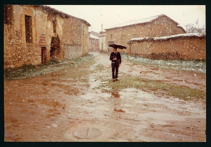 Ludi Viejo delante de su casa bajo la nieve