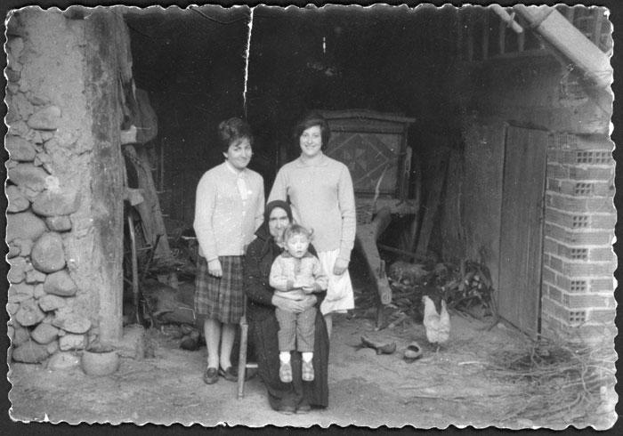 María Robles, Maribel González, Ludi Viejo y una nieta en el portal de la casa familiar en Devesa de Curueño