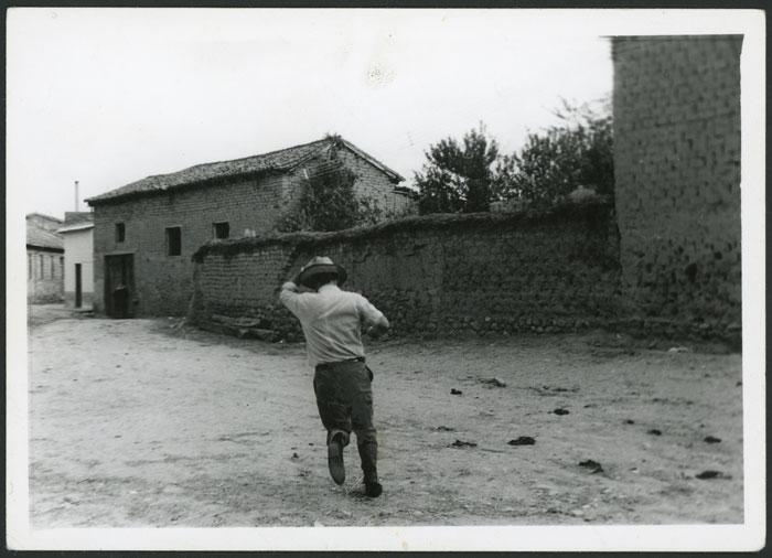 José Cazorla de espaldas saliendo de la casa familiar en Devesa de Curueño