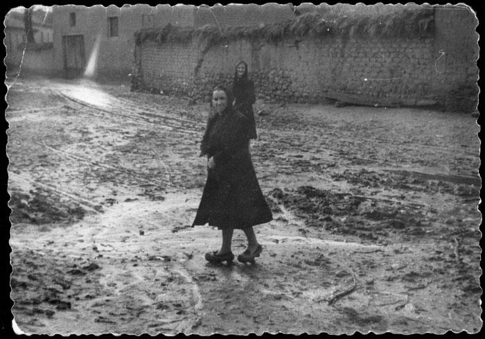 Ceferina y la madre de Ludi Viejo en el juego de bolos camino de misa en Devesa de Curueño