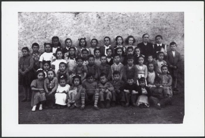 La maestra doña Marina Liébana con las alumnas y alumnos en Devesa de Curueño