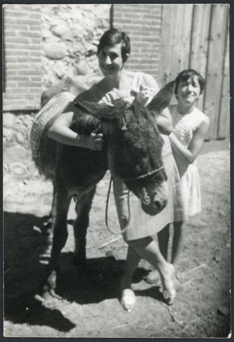 Ludi Viejo con su sobrina Brígida Viejo y el burro Marcelo en Devesa de Curueño