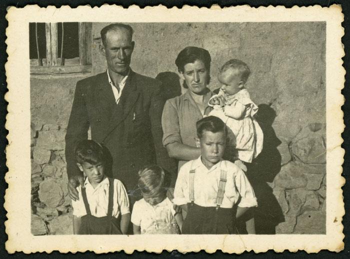 Linos Gómez y Felicidad Getino con sus cuatro hijos en Barrillos de Curueño