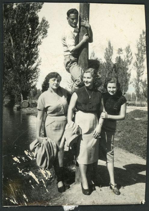 José Manzano subido a un palenque junto a unas amigas de León en la presa de Barrillos de Curueño