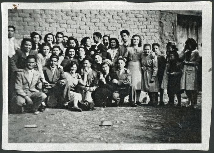 Isabel Puente y Valentín Manzano rodeados de jóvenes el día de su boda en Barrillos de Curueño