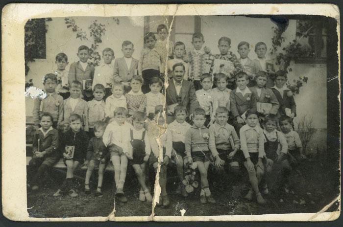 El maestro junto a los alumnos en Barrillos de Curueño
