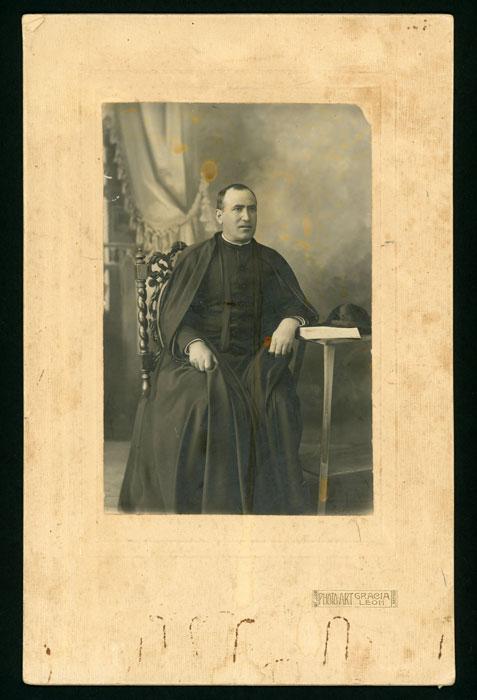 Retrato de estudio de Teófilo Robles, cura de Villimer