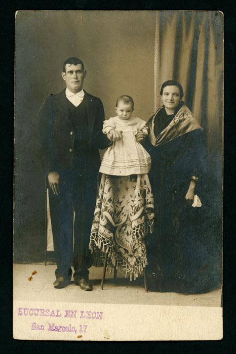 Retrato de estudio de Félix, Aurelia y su hijo Aníbal en León