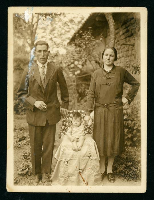 Orencio, Nati y su hija Araceli en la huerta en Devesa de Curueño