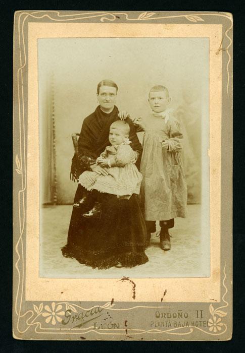 Retrato de estudio de María con sus hijos Godofredo y Fernando