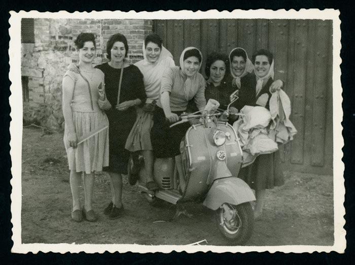 Grupo de chicas asistentes a clases de corte y confección a las puertas del bar Honrado en Barrio de Nuestra Señora.