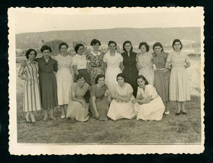 Grupo de amigas de Devesa de Curueño de fiesta en el soto de Barrio de Nuestra Señora