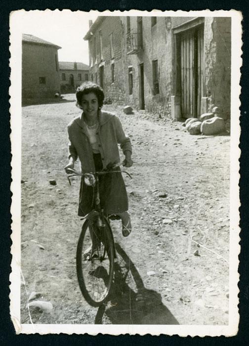 Marisa Fernández en bicicleta en Devesa de Curueño