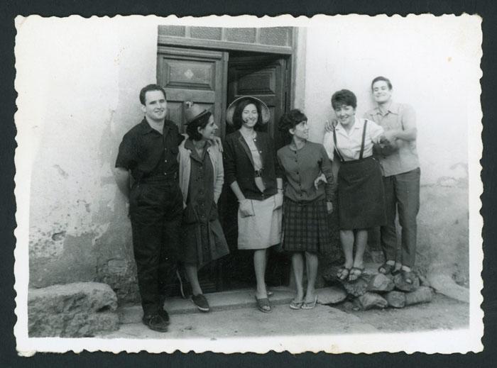 Grupo de amigos delante de la casa de Marisa Fernández en Devesa de Curueño