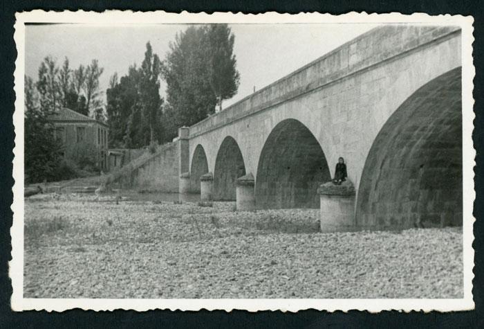 Marisa Fernández en el puente de Ambasaguas de Curueño