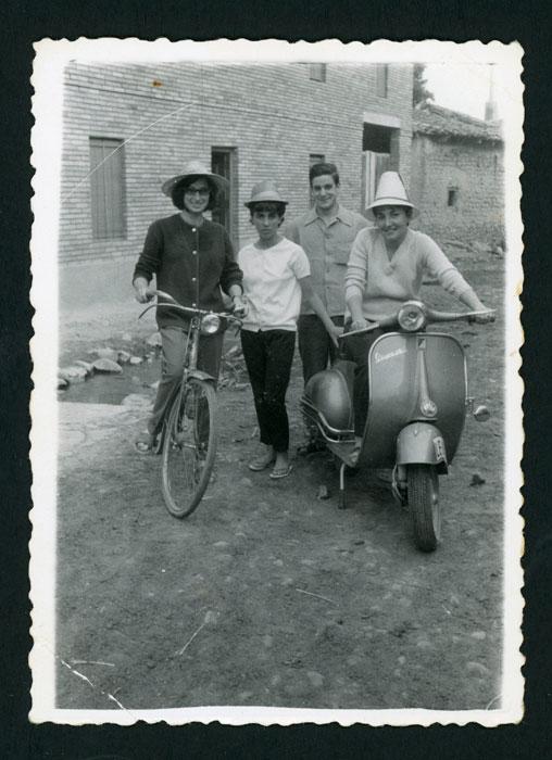 Grupo de amigos con una bicicleta y una Vespa un domingo en Devesa de Curueño