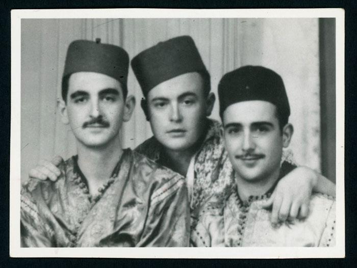 Ángel Fernández con unos amigos vestidos con ropas árabes durante el servicio militar en África