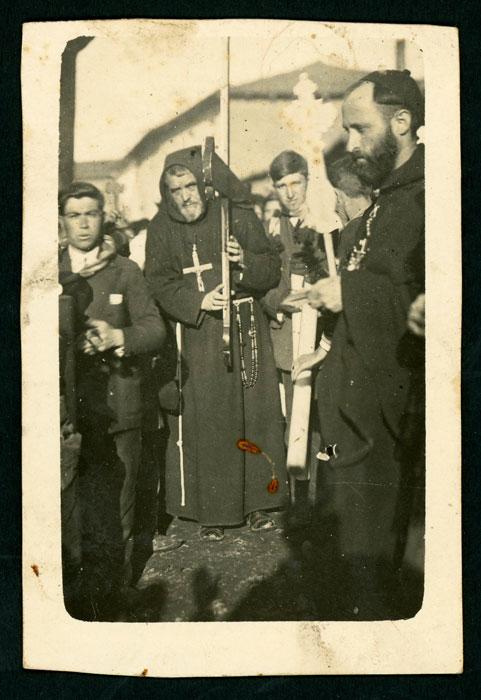 Dos franciscanos de misiones en Devesa de Curueño, uno de ellos portando una cruz