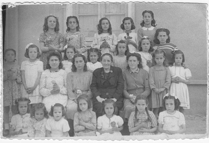 La maestra Doña Serapia con varias alumnas I