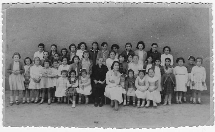 La maestra Doña Serapia con varias alumnas II