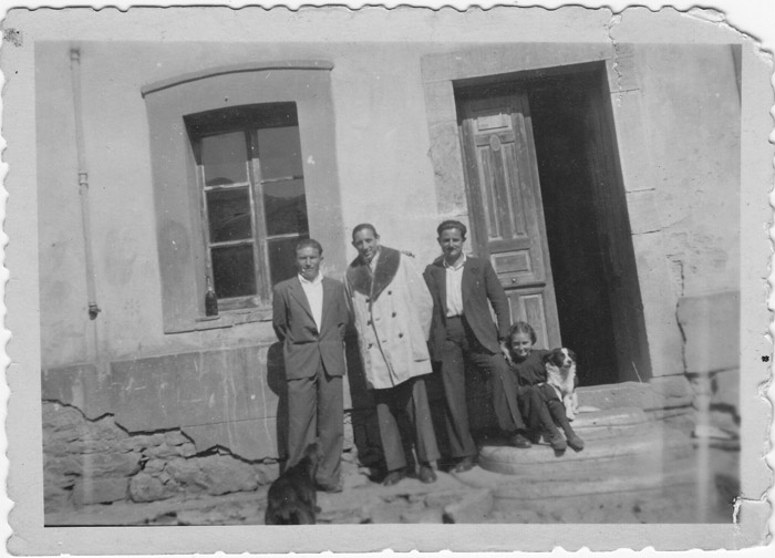 El maestro Don Marcos con algunos vecinos