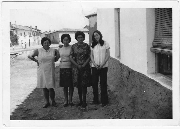Gelina, Pura, Esther y Joaquina en la calle en Cerezales del Condado