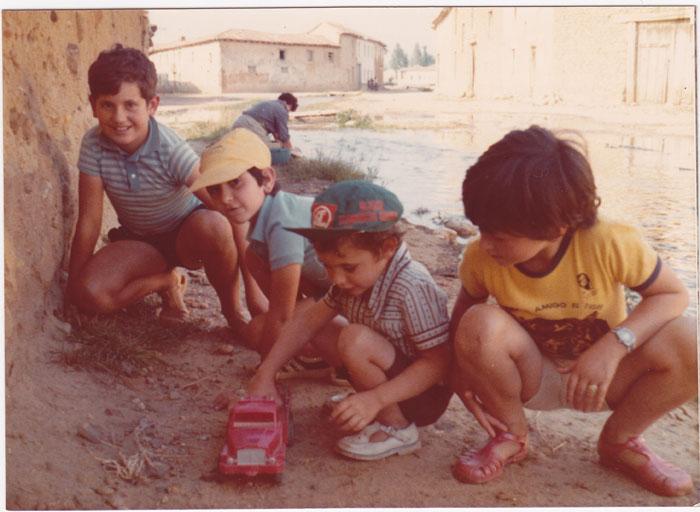 Grupo de niños jugando en la calle en Cerezales del Condado