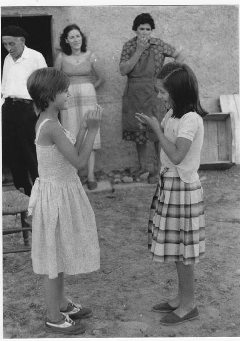 Dos niñas jugando a las palmas en Cerezales del Condado