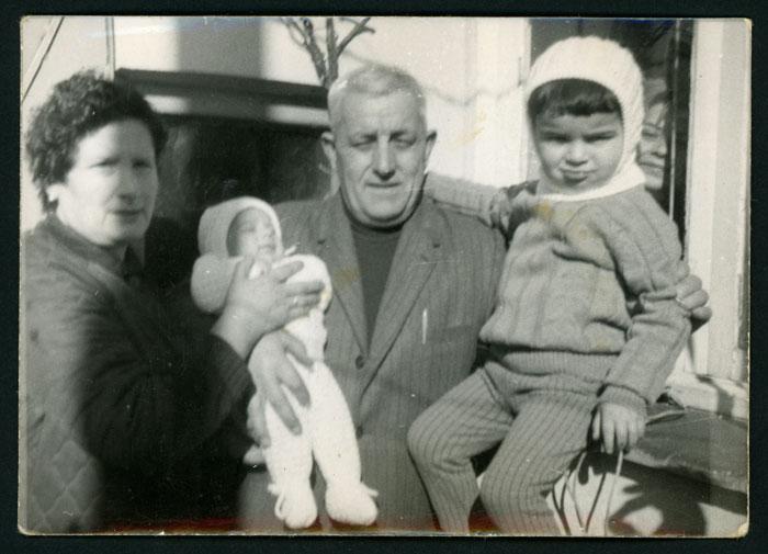 El señor Leopoldo y la señora Covadonga cuidando a Pablo Castro