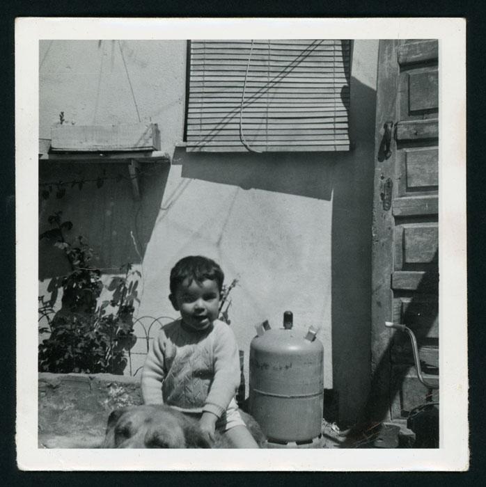 Javier Castro con un perro en el patio de la casa familiar en Barrio de Nuestra Señora