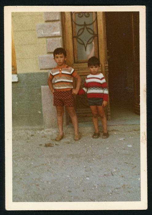 Amancio y Pablo Castro en la puerta del bar familiar en Barrio de Nuestra Señora
