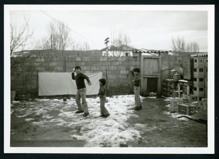 Amancio, Pablo y Javier Castro jugando con la nieve en el patio de la casa familiar en Barrio de Nuestra Señora.