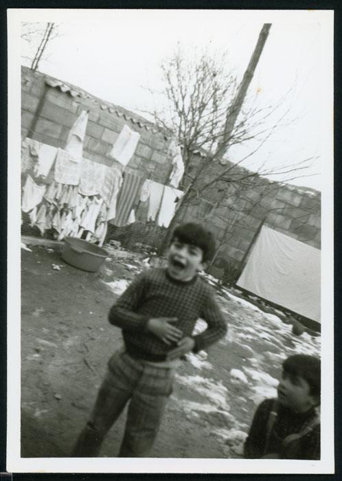 Pablo y Javier Castro jugando con la nieve en el patio de la casa familiar en Barrio de Nuestra Señora