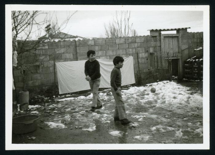 Amancio y Pablo Castro jugando con la nieve en el patio de la casa familiar en Barrio de Nuestra Señora