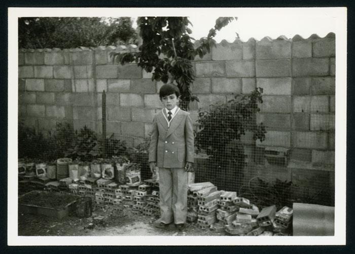 Pablo Castro el día de su primera comunión en el patio de la casa familiar en Barrio de Nuestra Señora