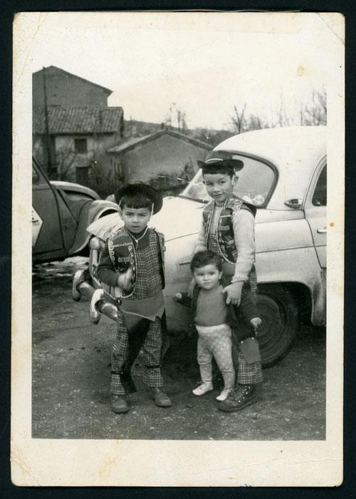 Amancio, Pablo y Javier Castro disfrazados el día de carnaval junto a la casa familiar en Barrio de Nuestra Señora