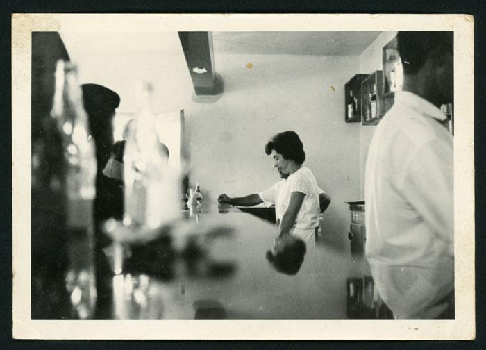 Nori Robles trabajando en el bar familiar en Barrio de Nuestra Señora