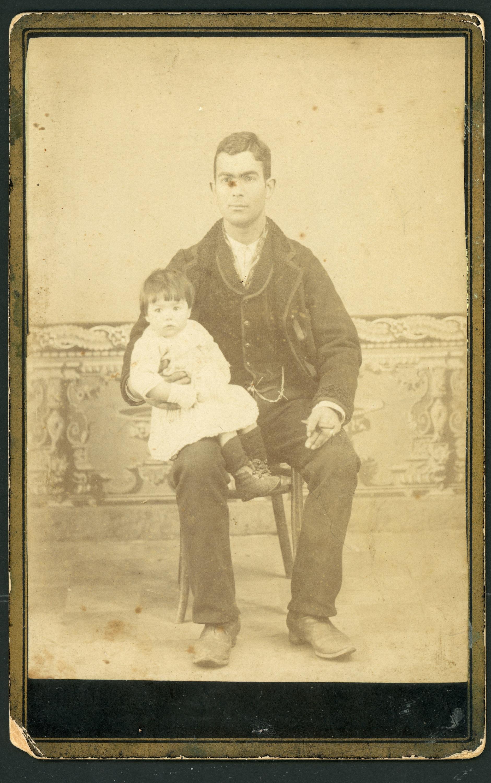 Retrato de estudio de Cecilio Robles con su hija Cayetana