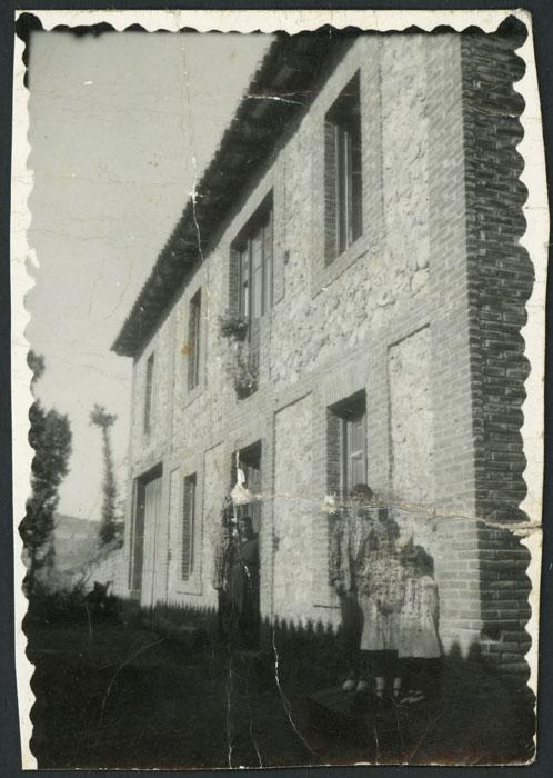 La familia Gago González en la puerta de su casa en Devesa de Curueño