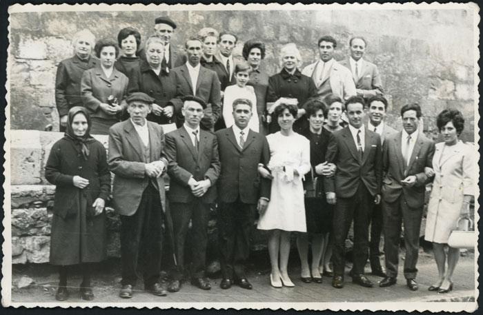 Fotografía de boda de Gari Trapero junto a sus familiares en Devesa de Curueño