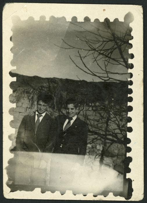Cuqui Gago y León delante de la tapia de la Rinconada en Devesa de Curueño