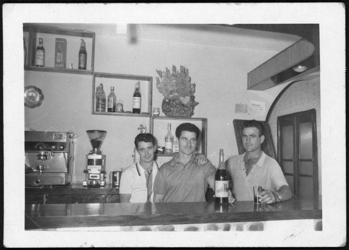 Amancio Castro, Cuqui Gago y un amigo en el bar de Barrio de Nuestra Señora