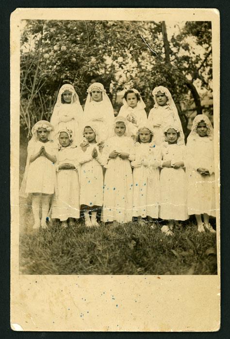 Grupo de niñas haciendo la primera comunión en Barrillos de Curueño