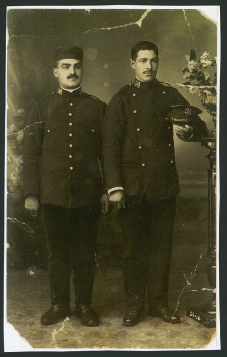 Retrato de estudio de Clemente Castro e Isidoro Castro vestidos de militares en León