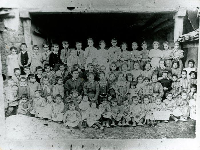 La maestra Manuela con las alumnas y alumnos en Ambasaguas de Curueño
