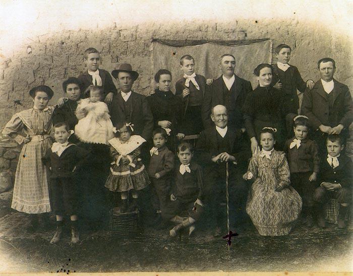 Retrato de las familias de Generoso, de la maestra Manuela y de los Arroyo en Ambasaguas de Curueño